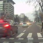 """Колонну машин, не остановившихся перед пешеходом у """"зебры"""", сняли на видео в центре Кишинева"""