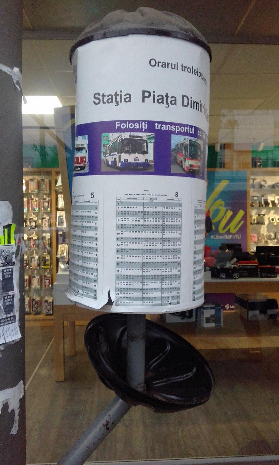 Вандалы снова испортили панно с расписанием общественного транспорта в Кишиневе