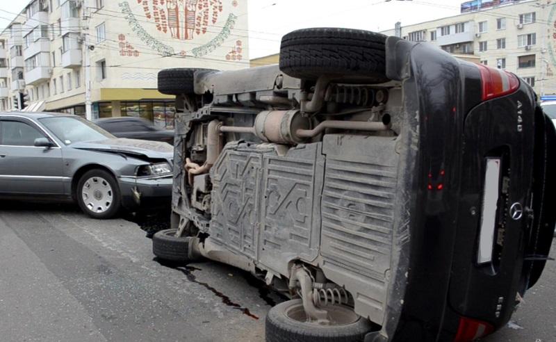 В Тирасполе двое водителей не поделили дорогу: одна из машин опрокинулась (ФОТО)
