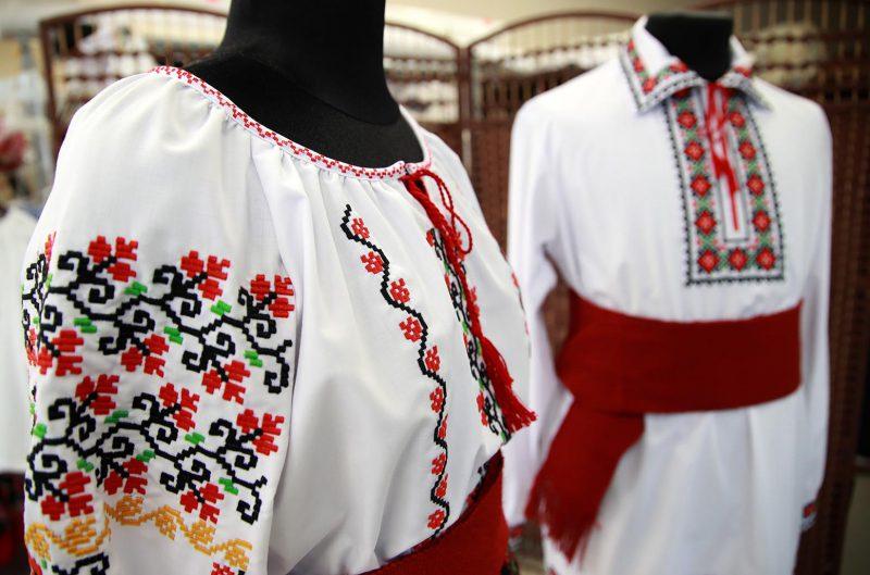Супруги Додон подарили национальные костюмы гражданам Молдовы, живущим за рубежом (ФОТО)