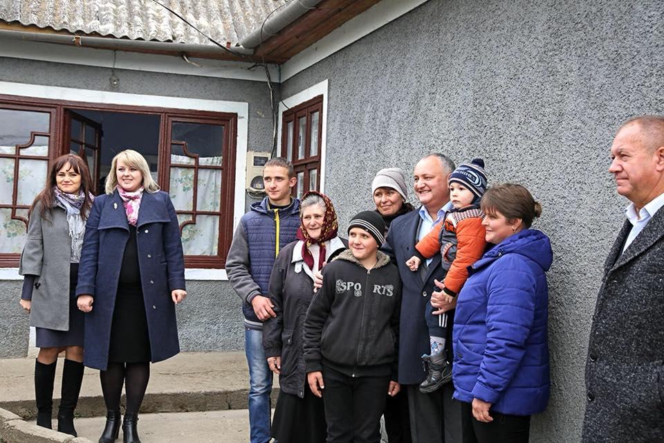 Добрые дела продолжаются: многодетная семья получила новый дом от семьи президента