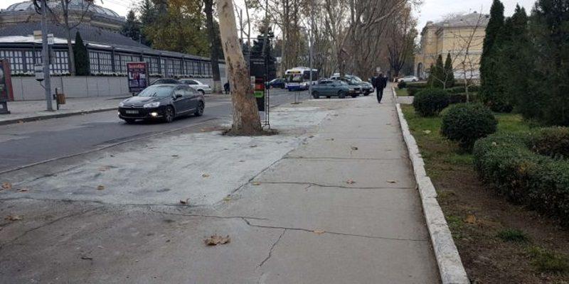 Столичные власти решили замаскировать краской «шедевр» из вырытых ям на улице 31 августа (ФОТО)