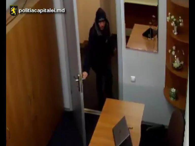 Наглое воровство ноутбука неизвестным попало на видео