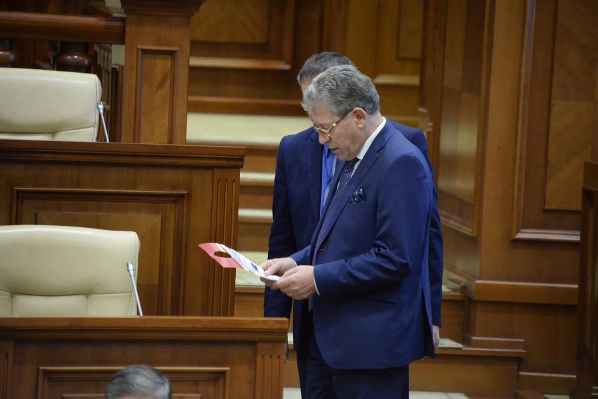 Фото дня: Гимпу вручили приглашение на референдум анти-Киртоакэ