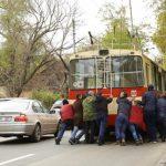 Кишиневцам пришлось толкать сломавшийся посреди дороги троллейбус