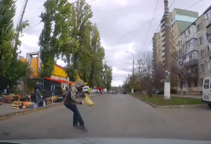 Подросток едва не попал под машину, внезапно выбежав на дорогу (ВИДЕО)