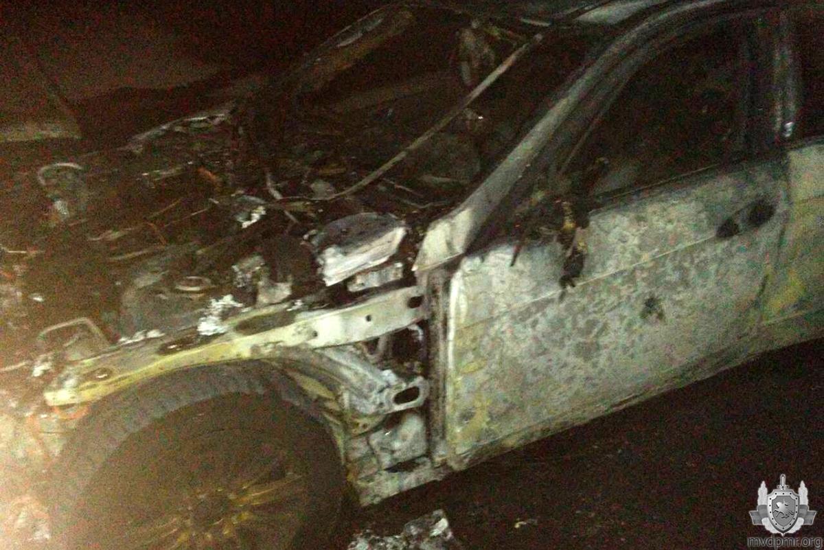 В одном из дворов Тирасполя ночью подожгли автомобиль (ФОТО)