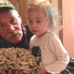 В Сороках мужчина нашел в лесу редкий гриб гигантского размера