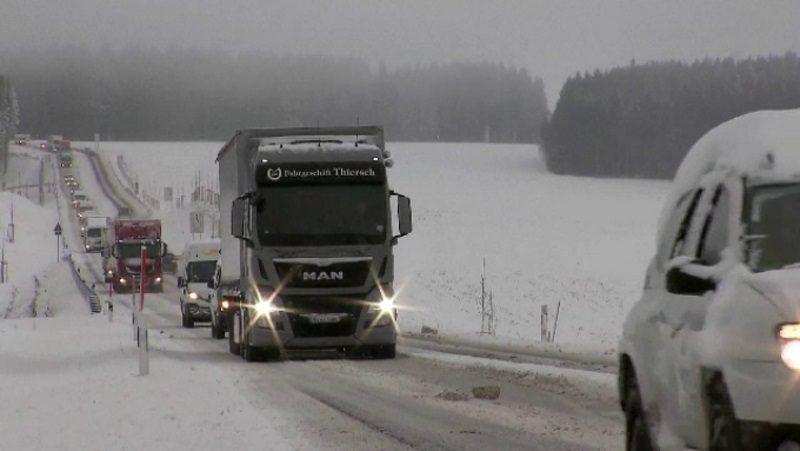 Последствия непогоды: четыре грузовика застряли на трассах, 17 населенных пунктов остались без света (ФОТО)