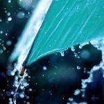 В Кишиневе трое детей и взрослый застряли в машине во время дождя