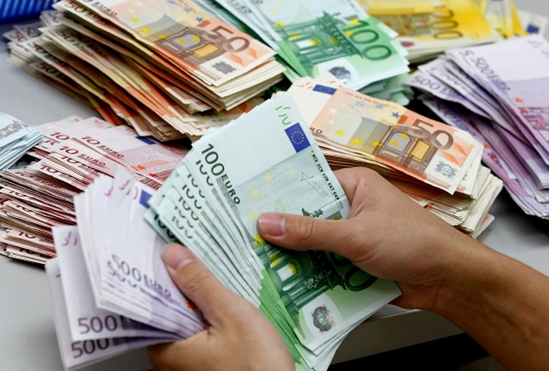 The euro significantly falls in price