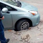 В центре столицы водитель угодил колесом в огромную яму посреди дороги (ФОТО)