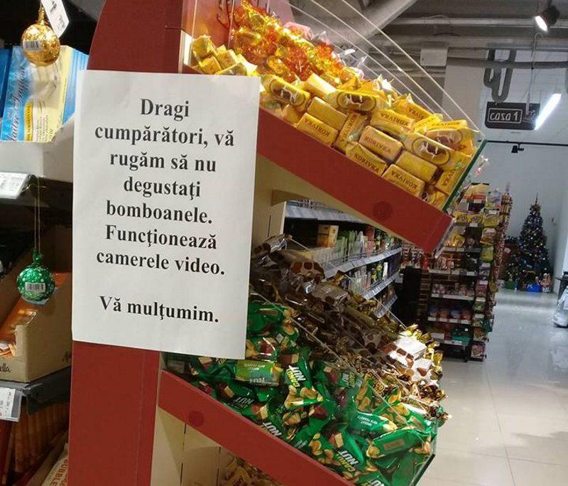 Столичный супермаркет потребовал от покупателей не дегустировать конфеты (ФОТО)