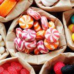 Исследование: 41% граждан Молдовы не покидают магазин без конфет и шоколада