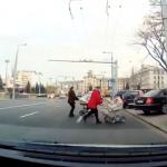 Молодые мамы с колясками едва не угодили под колеса машин, переходя улицу в неположенном месте (ВИДЕО)