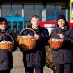 Молдавские пограничники встречают соотечественников и туристов шоколадками и праздничными открытками (ФОТО)