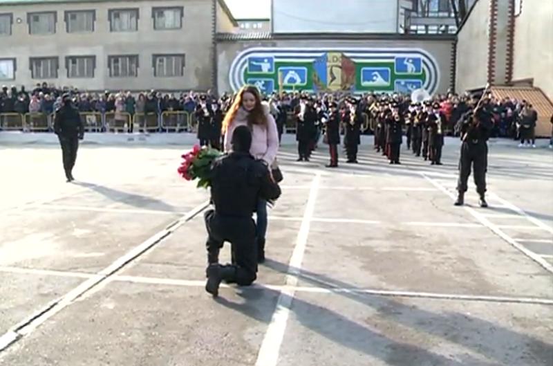 Годовщина войск карабинеров завершилась трогательным предложением руки и сердца (ВИДЕО)