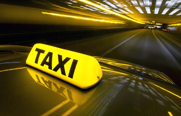 У таксистов без таксометров будут забирать номера на полгода