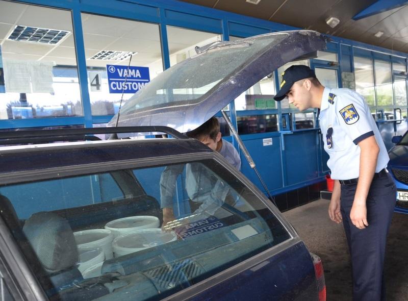"""ЧП на посту """"Леушаны"""": директор компании-перевозчика напал с ножом и ранил таможенника"""