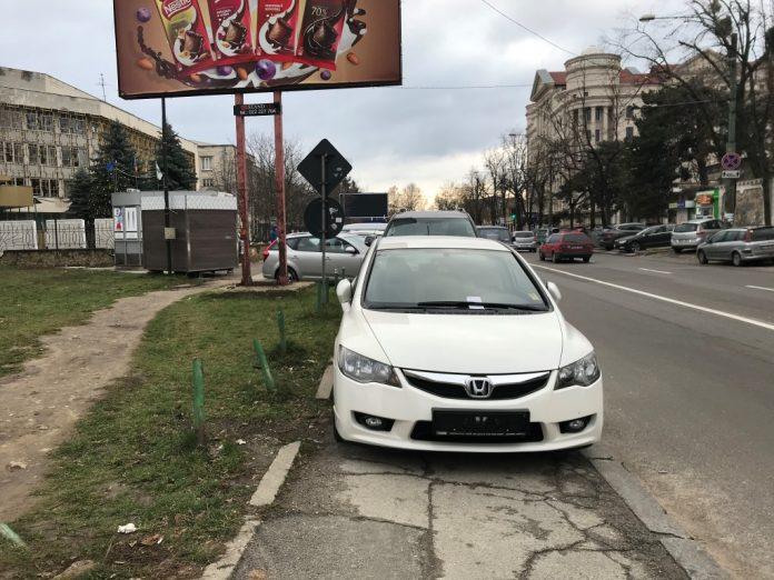 Десятки припаркованных на тротуаре машин лишились номеров (ФОТО)