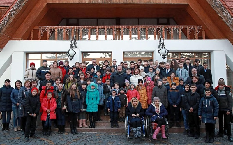 Дети из различных районов страны посетили личный кабинет президента и резиденцию в Кондрице (ФОТО)