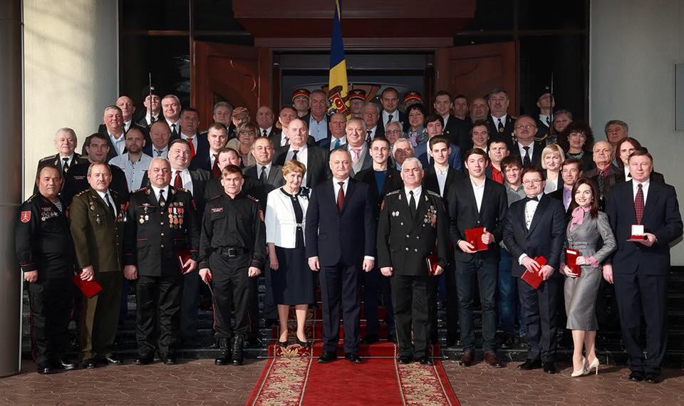 Додон наградил орденами и медалями честных тружеников Республики Молдова (ФОТО)