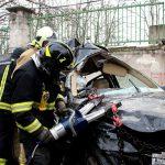 Опубликовано видео извлечения водителя из искореженного в аварии BMW
