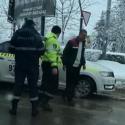В Бельцах пьяный водитель едва не сбил двоих пешеходов, после чего врезался в другое авто (ВИДЕО)