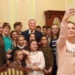 Десятки детей с обоих берегов Днестра посетили резиденции президента в Кишиневе и Кондрице (ФОТО, ВИДЕО)