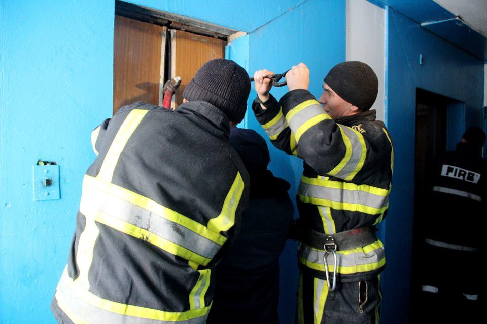 Операцию по спасению людей из лифта дома, где произошел пожар, показали на видео