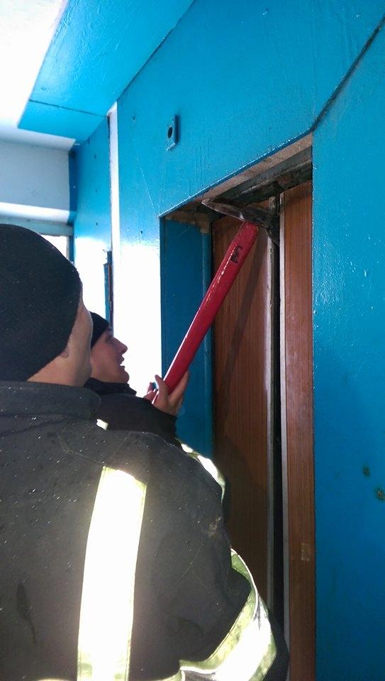 Пожар в 16-этажке на Буюканах: людей эвакуировали, один человек застрял в лифте(ФОТО)