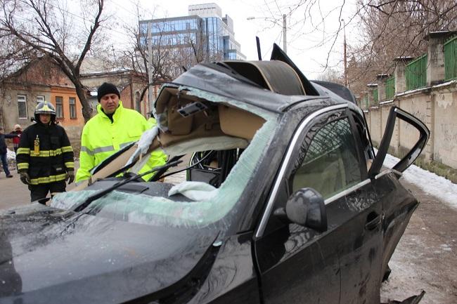 В Кишиневе BMW врезался в столб: молодой водитель погиб (ФОТО)