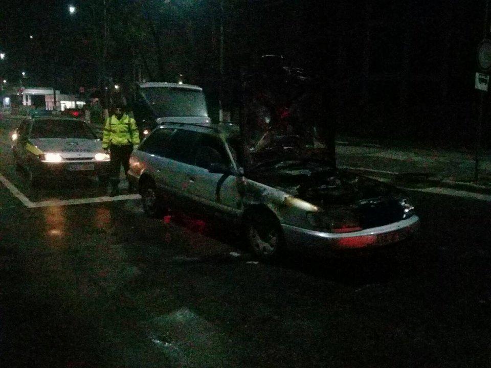 Кошмарные минуты для жителя Бельц: его машина загорелась на светофоре (ФОТО)