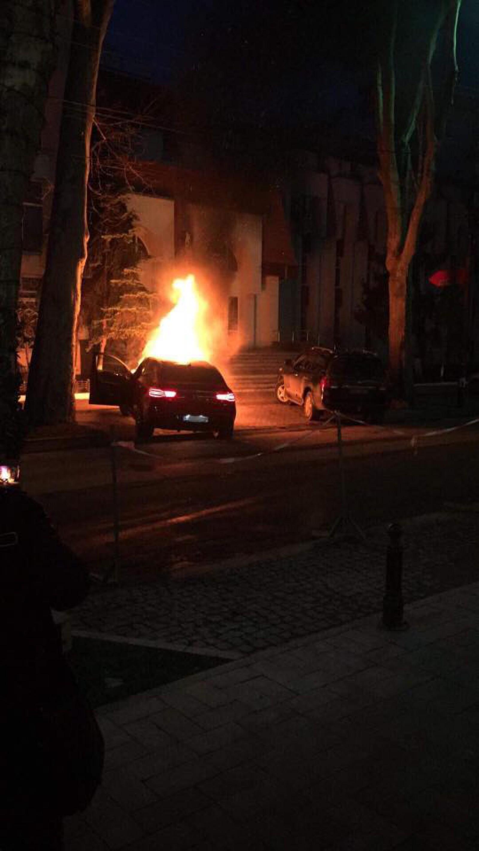 В центре столицы загорелся припаркованный автомобиль
