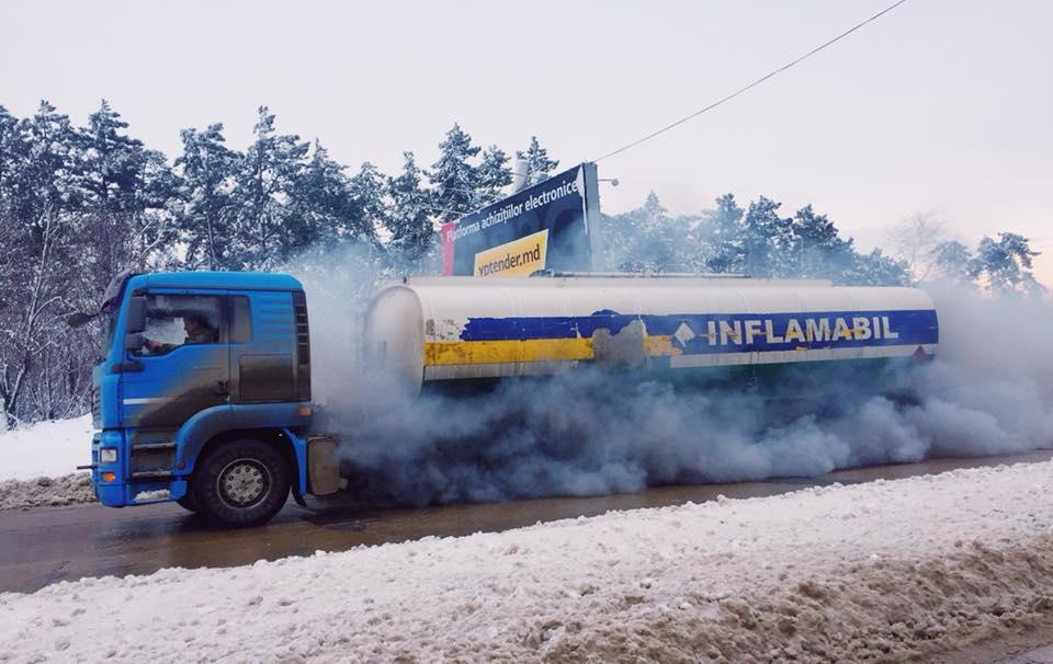 Дымящийся бензовоз на дороге Кишинева перепугал горожан (ФОТО)