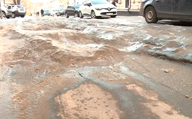 Ледяные буераки на одной из столичных улиц сделали движение практически невозможным (ВИДЕО)