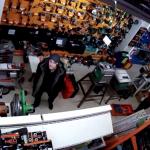 Воспользовавшийся невнимательностью продавцов вор стащил в столичном магазине дрель (ВИДЕО)