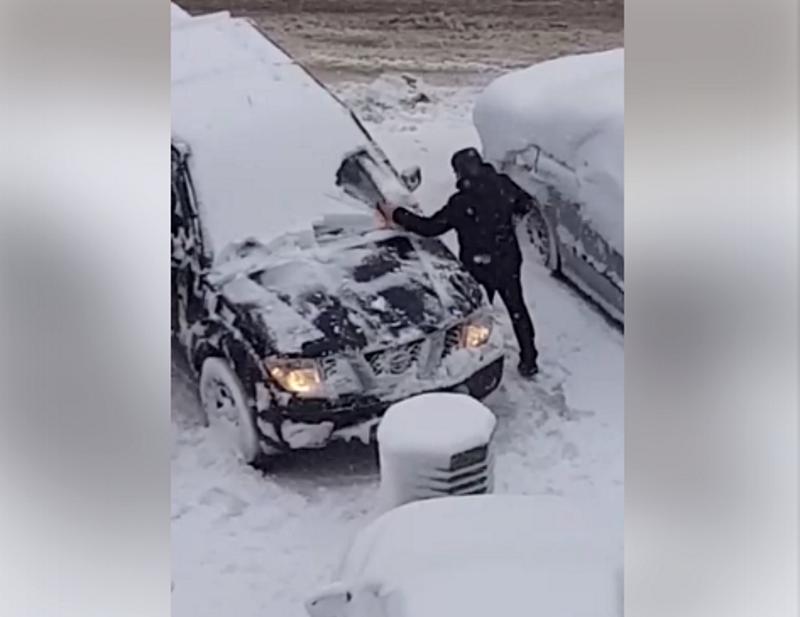 Расчищающий пилой машину автовладелец насмешил жителей столицы (ВИДЕО)