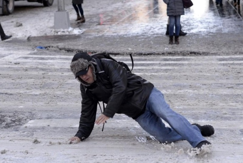 За последние сутки более 100 пешеходов получили травмы, поскользнувшись на «расчищенных» тротуарах Кишинева