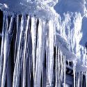 Снегопад обернулся другой проблемой: огромные сосульки на крышах несут угрозу для жизни горожан