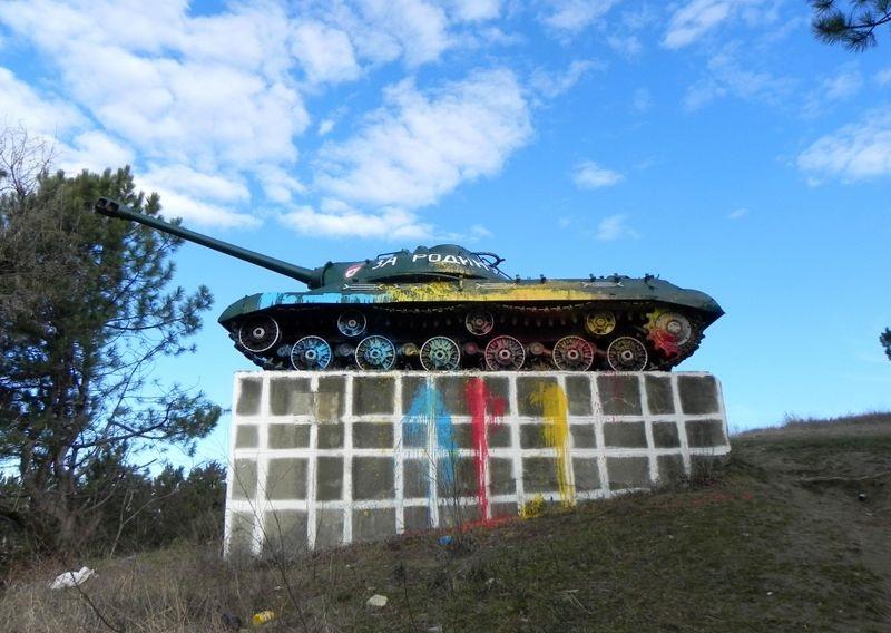 Вандалы выкрасили танк в селе Корнешть в цвета триколора (ФОТО)