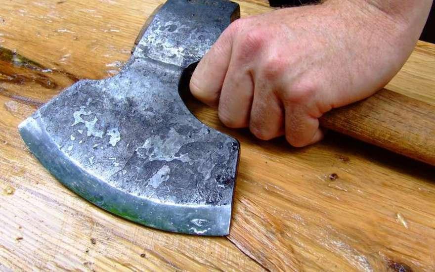 В Оргеевском районе молодой человек топором отрубил ухо шурину