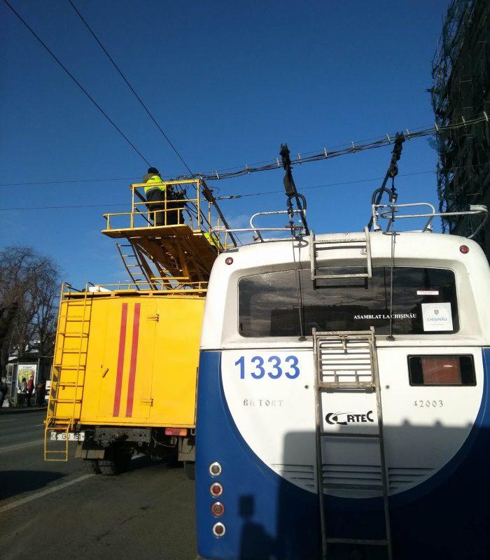Погиб на работе: сотрудник RTEC упал с троллейбуса (ВИДЕО)