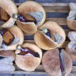 Хлеб с необычной начинкой: сотрудники тюрьмы в Бендерах нашли в выпечке коньяк и мобильные телефоны (ФОТО)