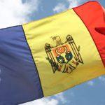 В центре Кишинева на Арке победы висит обгоревший флаг Молдовы (ФОТО)