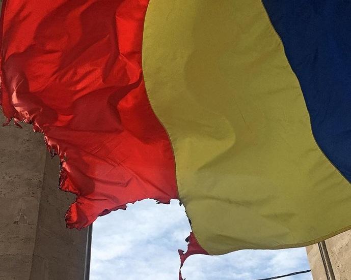 Полусожженный флаг РМ на Арке победы заменили (ФОТО)