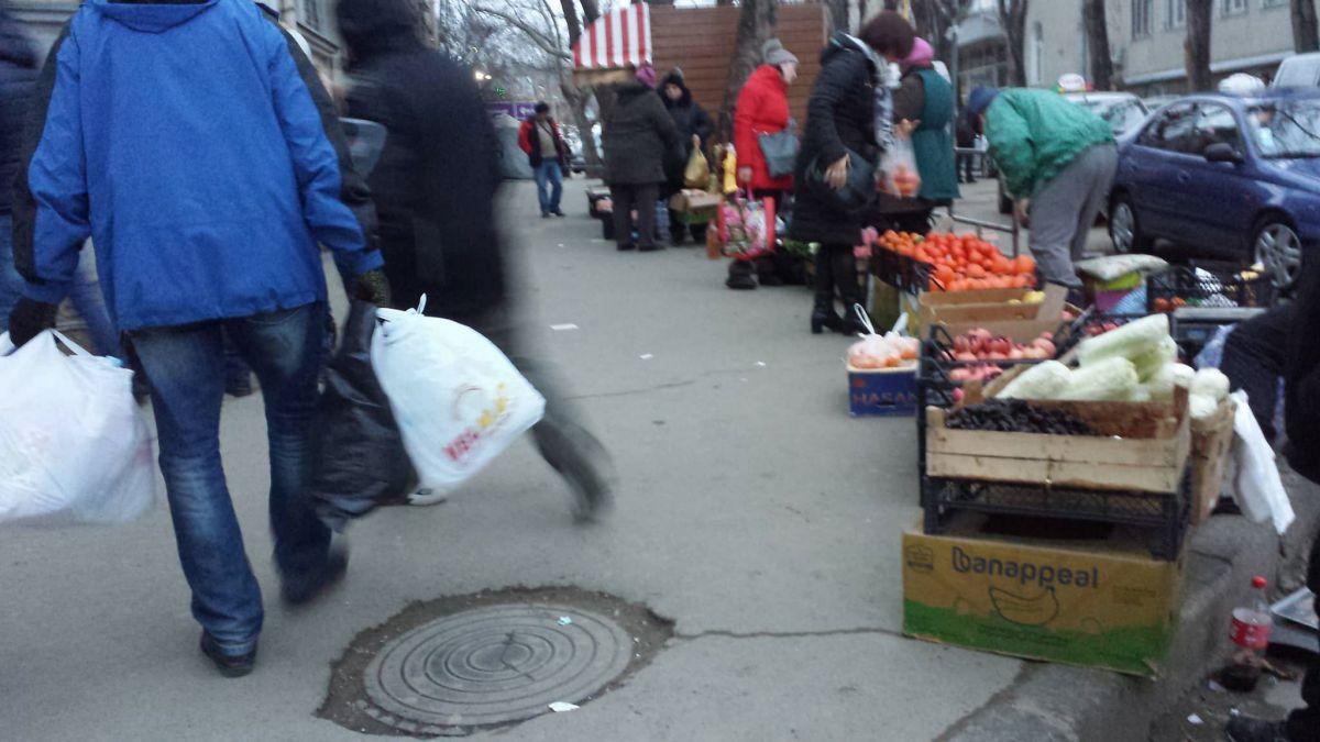 После полугода строгого патрулирования у Центрального рынка вновь появились торговцы-нелегалы (ФОТО)