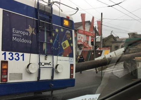 В Кишиневе трубой снесло дверь у троллейбуса (ВИДЕО)