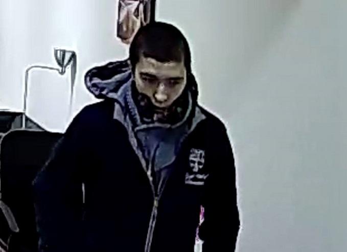 В Кишиневе ищут молодого человека, укравшего iPhone 7 из офиса (ВИДЕО)