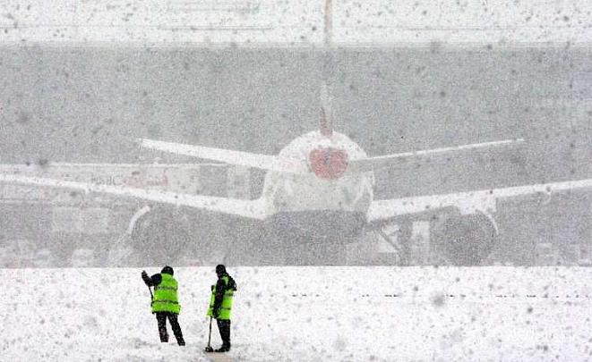 Снегопад нарушил работу Кишиневского международного аэропорта
